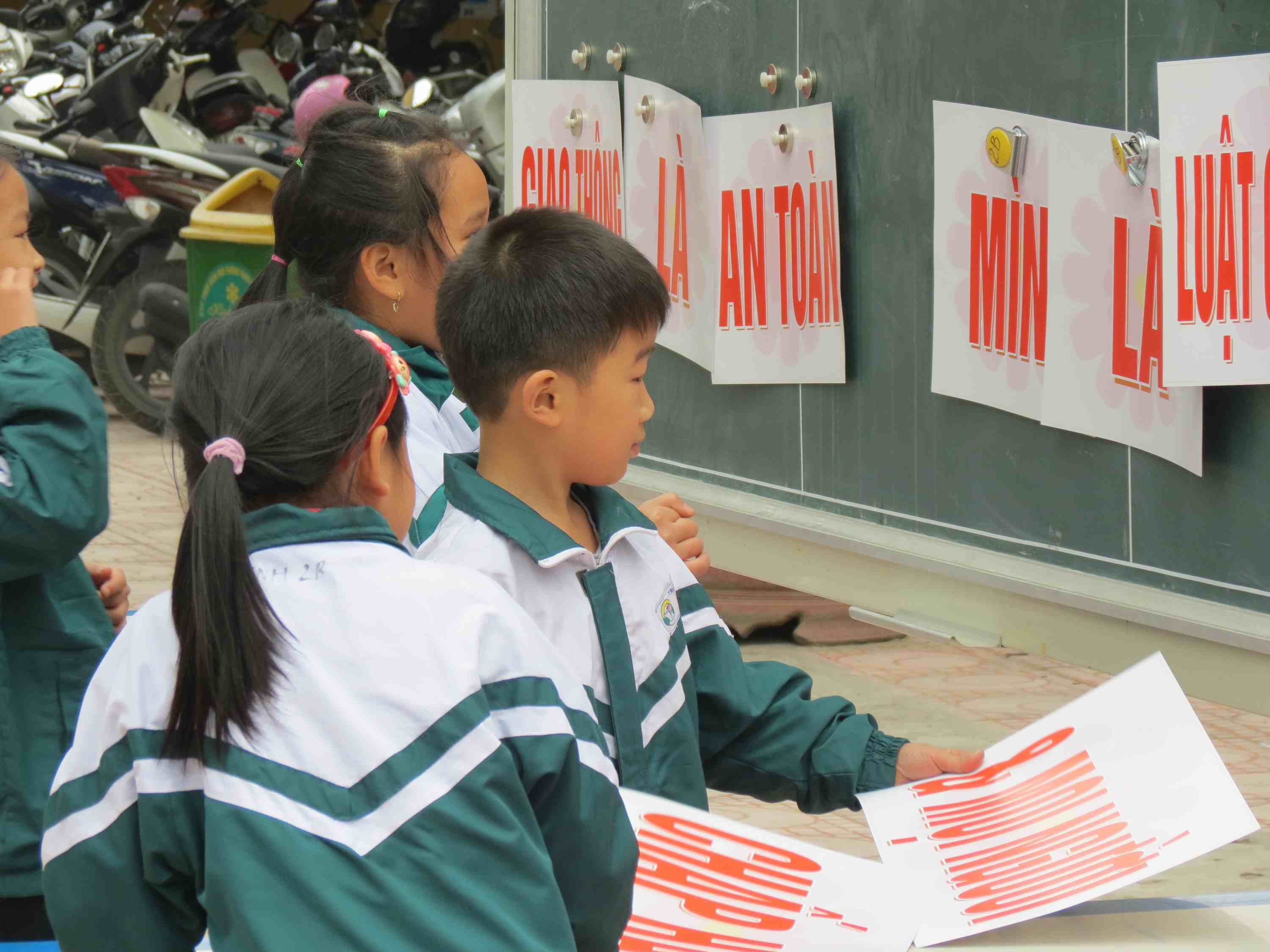 Students at Ai Quoc Primary School play a traffic safety matching game illustrating key road safety messages