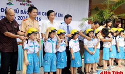 Provincial Representatives Committee on road safety, the Ministry of Education and Training, AIP Foundation, and Johnson & Johnson donated helmets for students Credit: Baohatinh.vn