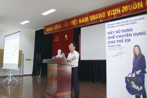 Mr. Luu Xuan Binh of the Hanoi TSC facilitates the parent training in support of the #3500LIVES campaign.